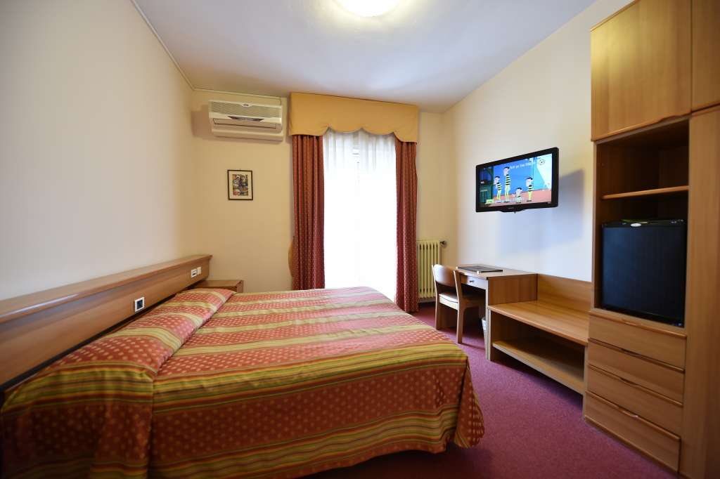 double room in iseo hotel with minibar, safe and tv-sat